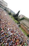 <p>Migliaia di persone in corsa nella maratona di Roma di fronte al Colosseo, il 22 marzo 2010. REUTERS/Alessandro Bianchi</p>