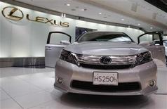 <p>Imagen de archivo del auto de lujo Lexus de Toyota Motor Corp, en una exhibición de la compañía, en Toyota, Japón. Feb 9 2010. Toyota y su marca de lujo Lexus cayeron por segundo año en un influyente estudio de la fiabilidad de los vehículos publicado el jueves. REUTERS/Yuriko Nakao/ARCHIVO</p>