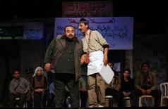 """<p>Artistas palestinos se apresentam no teatro al-Shawa na Cidade de Gaza. """"O Cordão"""", que estreou este mês atraindo plateias de 1.000 pessoas ou mais ao auditório principal de Gaza, critica as divergências que vêm dificultando a campanha pela criação de um Estado palestino independente. 09/03/2010 REUTERS/Suhaib Salem</p>"""