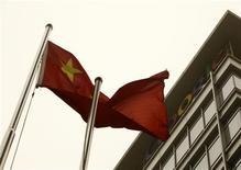 <p>La bandera nacional china flamea afuera de la sede de Google en Pekín, mar 22 2010. Google trasladó el lunes su servicio de búsquedas en internet en China hasta Hong Kong, en un intento por ofrecer resultados sin censurar mientras mantiene algunas operaciones de negocio en el país. REUTERS/Jason Lee</p>