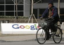 """<p>Un hombre transita en bicicleta al frente de la casa matriz de Google China en Pekín, mar 21 2010. China dijo que Google Inc había violado una """"promesa escrita"""" y estaba """"totalmente equivocado"""" al poner fin a la censura de su portal de búsqueda en idioma chino, google.cn, reportó el martes la agencia oficial de noticias Xinhua. REUTERS/Christina Hu</p>"""