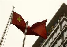 <p>Национальный китайский флаг развевается рядом с штаб-квартирой Google в Пекине 22 марта 2010 года. Google Inc закрыл свой поисковый портал в домене .cn, перенаправив китайские запросы на нецензурируемый гонконгский сайт, вызвав гнев коммунистических властей Пекина. REUTERS/Jason Lee</p>