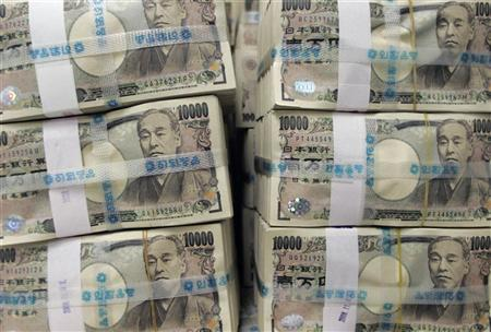Stacks of ten thousand Japanese yen bills are piled up before counting at the Korea Exchange Bank (KEB) in Seoul November 11, 2008. REUTERS/Jo Yong-Hak