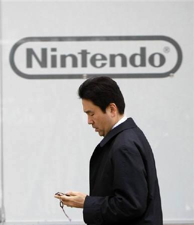 3月23日、任天堂は携帯型ゲーム機「ニンテンドーDS」シリーズの新型機として「ニンテンドー3DS」(仮称)を2011年3月期に発売すると発表。写真は都内の同社ショールーム前で1月撮影(2010年 ロイター/Toru Hanai)