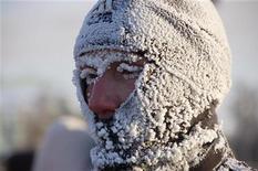 <p>Мужчина, покрытый инеем после пробежки, в Омске 7 января 2010 года. Российские власти не спешат впадать в пессимизм из-за февральских экономических данных - Минэкономразвития объяснило замедление в первые два месяца 2010 года невиданными холодами, а помощник президента РФ Аркадий Дворкович предложил не делать выводов до окончания первого квартала. REUTERS/Viktor Gasheyev</p>