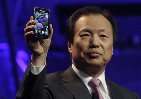 J.K. Shin, president, of Mobile Communications Business for Samsung Electronics, unveils a new Galaxy S Android smartphone during the International CTIA Wireless trade show in Las Vegas, Nevada March 23, 2010. REUTERS/Steve Marcus