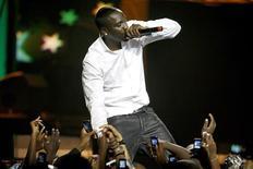 <p>Akon realiza show em Nairobi, no Quênia, em outubro de 2009. O governo do Sri Lanka negou visto para o cantor se apresentar no país. REUTERS/Noor Khamis/Files</p>