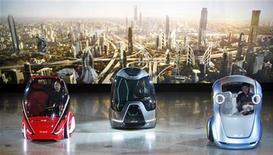 <p>Новый концепт General Motors EN-V на демонстрации в Шанхае 24 марта 2010 года. Автогигант General Motors представил новый концептуальный электромобиль, предназначенный для езды в мегаполисах. REUTERS/Nir Elias</p>