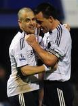 <p>John Terry e Joe Cole comemoram gol de Frank Lampard na goleada do Chelsea sobre o Portsmouth. REUTERS/Kieran Doherty</p>