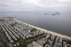 """<p>Foto de archivo de la vista aérea de la playa de Ipanema en Río de Janeiro, mar 28 2009. El duradero frescor de la inclasificable música brasileña es deliciosamente transmitido, aunque en forma incompleta, en """"Beyond Ipanema"""", un documental con atractivo tanto para jóvenes como para nostálgicos. REUTERS/Bruno Domingos</p>"""