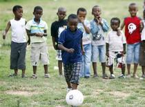 """<p>Imagen de archivo de un niño controlando la pelota durante el programa Juega Fútbol en el festival """"Football for Hope"""", en Alexander. Oct 22 2009. Sello Mahlangu """"ama, vive y respira el fútbol"""" y dice que lo ha ayudado a mantenerse lejos de los problemas en las calles de una de las barriadas más pobres de Sudáfrica. REUTERS/Siphiwe Sibeko/ARCHIVO</p>"""