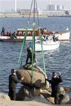 <p>Estátua da Pequena Sereia é removida do porto de Copenhague e será exibida no pavilhão dinamarquês no Expo 2010 na China. 25/03/2010 REUTERS/Bob Strong</p>