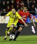 <p>O meio-campista do Barcelona Andrés Iniesta sofreu uma contusão na coxa no sábado e não poderá jogar por 10 dias. 27/03/2010 REUTERS/Gustau Nacarino</p>