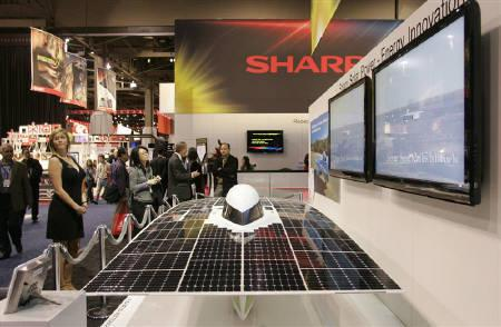 3月29日、シャープは大阪府堺市で建設を進めていた太陽電池工場が同日稼動を開始したと発表。写真は同社が協力したソーラーカー。1月にラスベガスの家電見本市CESで撮影(2010年 ロイター/Steve Marcus)