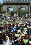 <p>Foto de archivo de una manifestación en la plaza Maskele en Adis Abeba, mayo 25 2003. La Voz de America, financiada por Estados Unidos, dijo el lunes que Etiopía podía haber bloqueado su página en internet, en una medida que podría provocar más críticas de Washington sobre su aliado más estrecho en el Cuerno de Africa. REUTERS/Antony Njuguna</p>