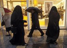 """<p>Dans les rues de Marseille. Le Conseil d'Etat estime qu'une interdiction totale du port de la burqa en France présenterait de """"sérieux risques"""" constitutionnels et ne """"pourrait trouver aucun fondement juridique incontestable"""". /Photo d'archives/REUTERS/Jean-Paul Pélissier</p>"""