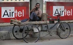 <p>Publicité Bharti Airtel dans les rues de Siliguri, en Inde. L'opérateur indien a signé un accord, en vue du rachat des activités du koweïtien Zain en Afrique pour neuf milliards de dollars (6,7 milliards d'euros), qui en ferait le numéro deux de la téléphonie mobile sur le continent africain. /Photo prise le 30 mars 2010/REUTERS/Rupak de Chowdhuri</p>