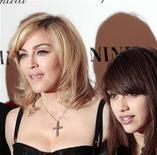 """<p>Madonna e sua filha Lourdes chegam à première do filme """"Nine"""" em Nova York, nesta foto de arquivo de 15 de dezembro de 2009. Madonna iniciou sua filha Lourdes, de 13 anos, na vida de """"Material Girl"""". Mãe e filha trabalham juntas em uma linha de moda para adolescentes, a ser lançada em julho. REUTERS/Lucas Jackson</p>"""