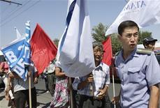 <p>Полиция блокирует митинг оппозиционеров в центре Бишкека, 29 июля 2010 года. Власти Киргизии приостановили работу независимого информационного видео-портала и издание еще одной популярной оппозиционной газеты, сообщили Рейтер представители властей и правозащитники. REUTERS/Vladimir Pirogov</p>