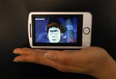 <p>Sharp a l'intention de lancer cette année la production d'écrans 3D pour téléphones mobiles et autres matériels portables qui ne nécessitent pas le port de lunettes spéciales. /Photo prise le 2 avril 2010/REUTERS/Kim Kyung-Hoon</p>
