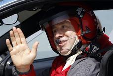 <p>Un chanteur de pop turc a battu vendredi le record du monde de vitesse automobile en tant que conducteur aveugle non accompagné, à près de 300 km/h. Metin Senturk a réalisé son exploit au volant d'une Ferrari F430 sur une piste de l'aéroport d'Ourfa, dans l'est de la Turquie. /Photo prise le 2 avril 2010/REUTERS/Murad Sezer</p>