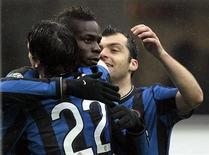 <p>Mario Balotelli abbracciato dai compagni dell'Inter dopo aver segnato un gol contro il Bologna. REUTERS/Alessandro Garofalo</p>