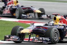 <p>La Red Bull di Sebastian Vettel seguita da quella di Mark Webber. REUTERS/Zainal Abd Halim</p>
