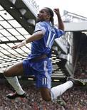 <p>Drogba comemora gol contra o Manchester United. O Chelsea reconquistou a ponta do Campeonato Inglês com uma grande vitória por 2 x 1 contra o Manchester United em Old Trafford no sábado.03/04/2010.REUTERS/Phil Noble</p>