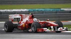 <p>Alonso pilota na Malásia. Ao comentar sobre o Grande Prêmio da Malásia de Formula 1, Fernando Alonso disse que a corrida foi a mais difícil da sua vida. O espanhol, que abandonou a prova na penúltima volta com problemas mecânicos no carro, perdeu a liderança do campeonato para o seu companheiro de equipe Felipe Massa.04/04/2010.REUTERS/Vivek Prakash</p>