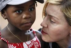 <p>La estrella del pop estadounidense Madonna sostiene a su hija adoptada en Malaui, Mercy James, durante una visita al poblado de Gumulira en Malaui. Abr 5 2010. Madonna regresó a Malaui, donde adoptó a dos niños, para ver la construcción de la escuela para niñas huérfanas que financió y lanzar una nueva campaña de educación empleando la tecnología móvil, dijo el lunes su portavoz. REUTERS/Mike Hutchings</p>
