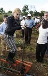 <p>5 aprile 2010, Madonna in Malawi nel villaggio di Gumulira, a 80 km dalla capitale Lilongwe. REUTERS/Mike Hutchings</p>
