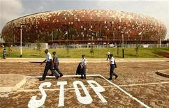 <p>Lo stadio FNB di Soweto, dove si giocheranno la partita di apertura e quella di chiusura dei campionati di calcio mondiali 2010 in Sud Africa. REUTERS/Siphiwe Sibeko</p>