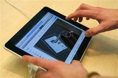 <p>Une semaine à peine après l'arrivée sur le marché de l'iPad, la tablette numérique d'Apple, plus de 830 jeux vidéo sont développés pour ce grand écran, tactile et à haute définition, qui pourrait bouleverser le secteur. /Photo prise le 3 avril 2010/REUTERS/Robert Galbraith</p>