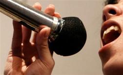 <p>Deux jeunes chanteuses chinoises ont été condamnées à payer une amende de 50.000 yuans (5.430 euros) pour avoir chanté en play-back, une pratique interdite en Chine depuis le scandale de la cérémonie d'ouverture des Jeux de Pékin. Les organisateurs avaient reconnu qu'une fillette de 9 ans avait chanté en play-back pour remplacer la véritable chanteuse, écartée de la scène en raison de son physique jugé peu avantageux. /Photo d'archives/REUTERS</p>