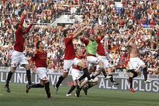 <p>Giocatori della Roma festeggiano il sorpasso in classifica sull'Inter, dopo la vittoria all'Olimpico sull'Atalanta, Roma 11 aprile 2010. REUTERS/Tony Gentile</p>