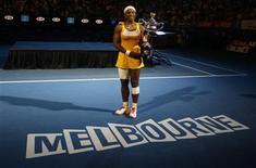 <p>Серена Уильямс позирует с кубком Открытого чемпионата Австралии в Мельбурне 30 января 2010 года. Американка Серена Уильямс сохранила первую строчку в рейтинге сильнейших теннисисток планеты по версии WTA. REUTERS/Daniel Munoz</p>