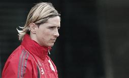 <p>Fernando Torres do Liverpool chega para sessão de treino no complexo de Melwood, em Liverpool. O atacante se consultou com um especialista em joelhos na Espanha nesta segunda-feira depois que uma lesão o tirou da partida contra o Fullham pelo Campeonato Inglês. 07/04/2010 REUTERS/Phil Noble</p>