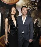 "<p>Imagen de archivo del actor Sam Worthington y la actriz Alexa Davalos, en la premier de ""Clash of the Titans"", en Hollywood. Mar 31 2010. La película ""Clash of the Titans"" se mantuvo en la cima de la taquilla británica por segunda semana, según reportó Screen International el martes. REUTERS/Mario Anzuoni/ARCHIVO</p>"