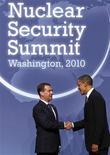 <p>Президент США Барак Обама (справа) приветствует своего российского коллегу Дмитрия Медведева на встрече в Вашингтоне, 12 апреля 2010 года. Сенат США может одобрить договор о сокращении стратегических наступательных вооружений (ДСНВ), подписанный президентами США и России, только в начале 2011 года, сообщил во вторник лидер демократического большинства в Сенате Гарри Рид. REUTERS/Jim Young</p>