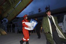 <p>Член спасательной группы несет коробки со средствами гуманитарной помощи в аэропорт Юйшу, китайская провинция Цинхай 14 апреля 2010 года. Около 400 человек погибли и 10.000 получили ранения в результате землетрясения силой 6,9 балла по шкале Рихтера на юго-западе Китая, сообщило государственное телевидение КНР в понедельник. REUTERS/China Daily</p>