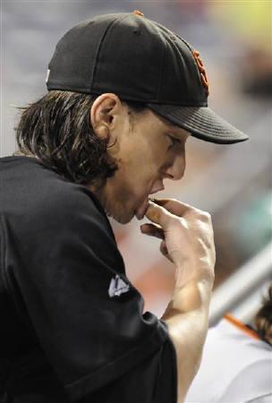 4月14日、米疾病対策センターはティーンエイジャーの間でかみたばこの使用が増えていると報告。写真はかみたばこを口にするMLBジャイアンツのリンスカム投手。2009年7月撮影(2010年 ロイター/David DeNoma)