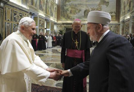 Pope Benedict XVI is seen with Muslim delegation head Mustafa Ceric (R), the Grand Mufti of Bosnia, at the Vatican in this November 6, 2008 file photo.  REUTERS/Osservatore Romano/Files