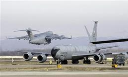 <p>Самолеты ВВС США на авиабазе в Манасе 13 февраля 2009 года. Соединенные Штаты готовы пересмотреть контракты на поставку топлива для своей авиабазы в Киргизии, чтобы сделать эти договоренности максимально прозрачными, сообщил в четверг помощник госсекретаря США Роберт Блейк. REUTERS/Shamil Zhumatov</p>