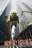 """<p>Foto de archivo de un globo del personaje """"Shrek"""" durante el desfile del Día de Acción de Gracias de la minorista Macy's en Nueva York, nov 26 2009. Conocido como el representante de los cineastas independientes, el Festival de Cine de Tribeca se renueva y dará lugar al futuro cuando comience la próxima semana con la película en 3D de """"Shrek"""" y una transmisión en línea para la audiencia en internet. REUTERS/Shannon Stapleton</p>"""