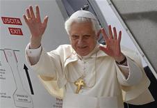 <p>Papa Benedetto XVI saluta i fedeli prima di salire a bordo dell'aereo che lo porta in visita pastorale a Malta. REUTERS/Max Rossi</p>