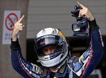 <p>Sebastian Vettel, piloto de F1 da Red Bull, comemorando consquista da pole position após corrida clasificatória neste sábado para o Grande Prêmio da China. REUTERS/Jason Lee</p>