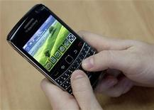 <p>A person poses while using a Blackberry Bold 2 smartphone at the Research in Motion (RIM) headquarters in Waterloo, November 16, 2009. Picture taken November 16, 2009. REUTERS/Mark Blinch</p>