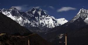 <p>Imagen de archivo del monte Everest, desde Syangboche en Nepal. Dic 4 2009. Veinte escaladores nepalíes partirán esta semana hacia el Everest para intentar retirar de la montaña cientos de kilos de basura acumulados desde hace décadas, en la campaña de limpieza a más altitud llevada a cabo en el mundo, dijeron el lunes los organizadores. REUTERS/Gopal Chitrakar/ARCHIVO</p>