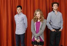 """<p>Atores Christopher Mintz-Plasse, Chloe Moretz, e Aaron Johnson, do filme """"Quebrando tudo"""", posam para foto durante promoção do longa. 08/04/2010. REUTERS/Lucas Jackson</p>"""