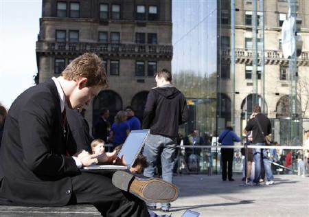 4月19日、アスクメン・ドットコムがまとめた「男性にベストな世界都市ランキング」でニューヨークが1位に選ばれた。写真はニューヨークで2日、ラップトップを使う男性(2010年 ロイター/Jessica Rinaldi)